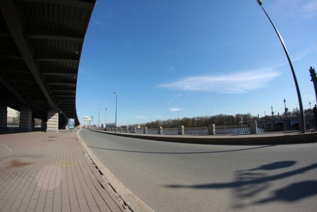Через перекрёсток с Савушкина и прямо мимо метро возвращаемся на набережную Приморского проспекта.