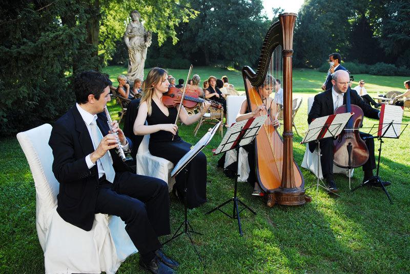 был теплый июнь стояли белые ночи концерты проходили в городском парке